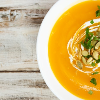 Половина кремовой суповой миски