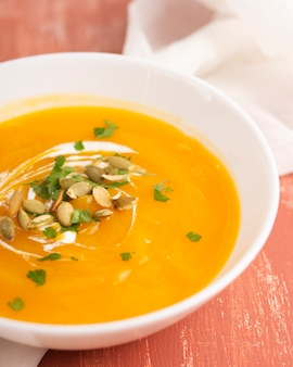 種とクローズアップの黄色のクリームスープ