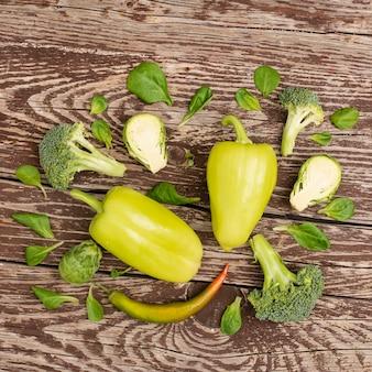 テーブルの上のトップビューおいしい野菜