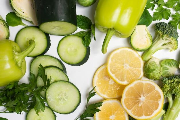 白い背景の上のクローズアップのおいしい野菜