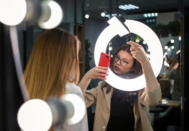 Женщины фотографируют, используя свет оправы