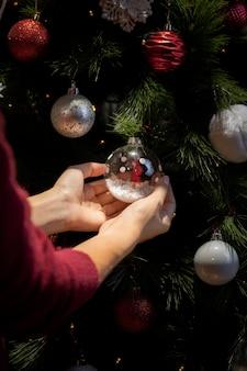 高角度のクリスマスツリーの飾り