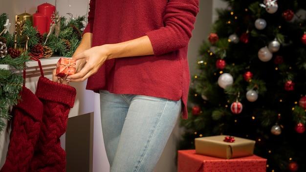 クリスマスの背景を持つ少女のクローズアップ