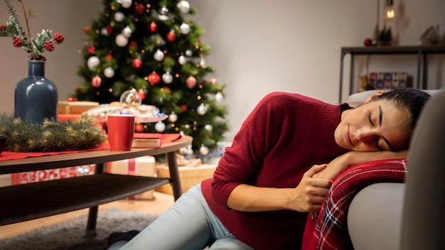 赤いジャンパーに座っている女性
