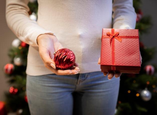 彼女の手で贈り物を保持している女性