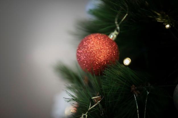 クローズアップのクリスマスツリーの装飾