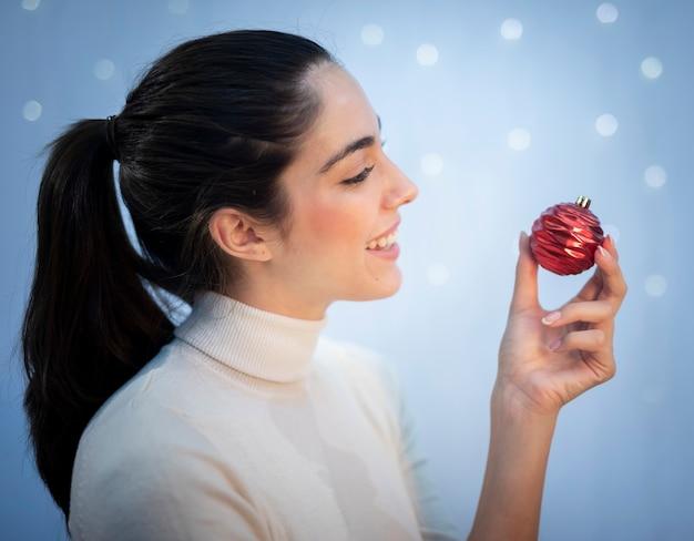 Красивая брюнетка женщина держит игрушку