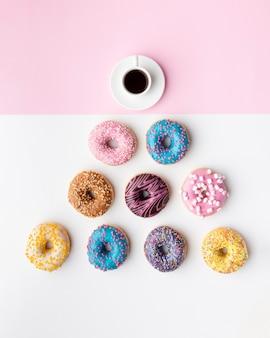 Ассорти пончиков и вид сверху кофе