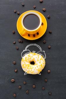 目覚まし時計のコンセプトとドーナツ