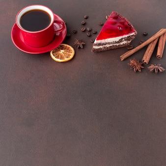 Прекрасный торт и кофе копией пространства