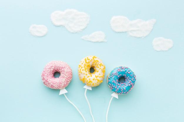 Концепция воздушного шара с пончиками сверху