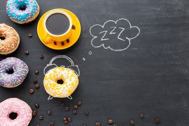 Сладкие часы с пончиками копией пространства