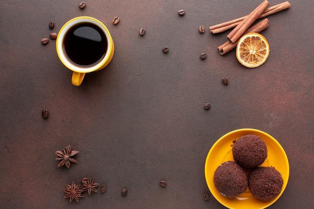 コーヒー豆に囲まれたクッキー