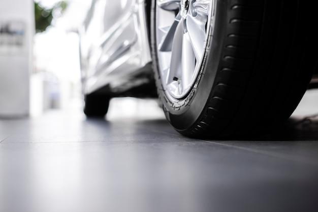 ローアングルの新しい車の車輪の眺め
