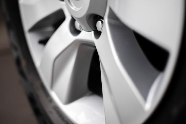 新しい車の車輪のクローズアップビュー