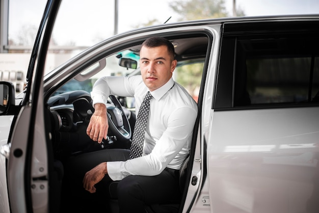 Мужчина вид спереди в салоне автомобиля с открытой дверью