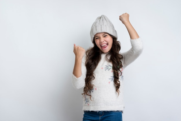 幸せな空気で拳を上げる幸せな女の子