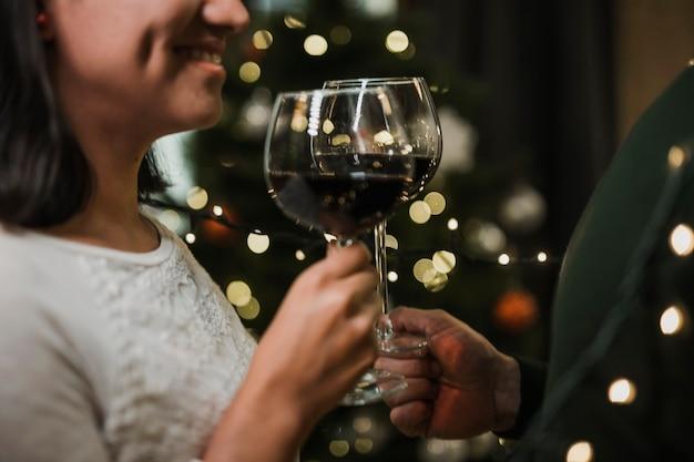 年配のカップルが一緒にワインを飲む