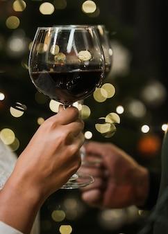 小さなライトの前でワイングラス
