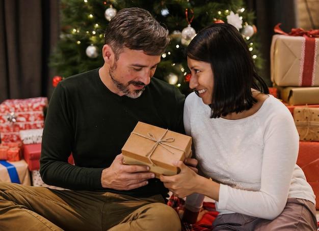 愛のシニアカップルの贈り物を交換