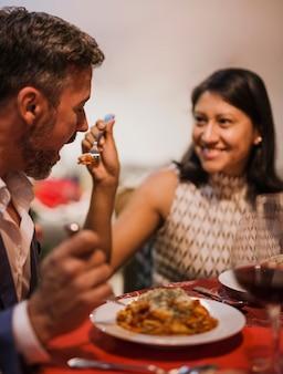 クローズアップショット陽気な年配のカップルを食べる