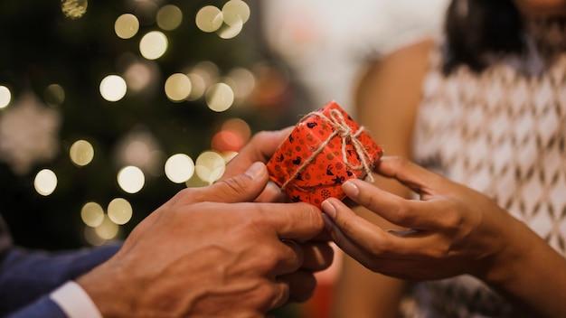 Пожилая пара обменивается рождественскими подарками