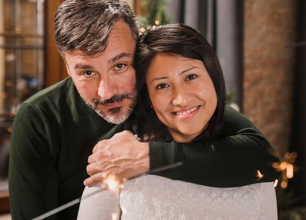 Съемка крупным планом старшие пары обнимаются