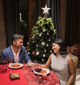 年配の男性と女性のクリスマスディナーを持っていること