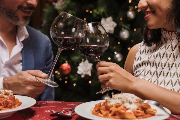 クリスマスを祝う年配のカップル