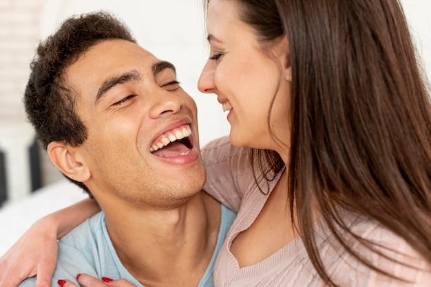 Крупным планом счастливая пара, глядя друг на друга