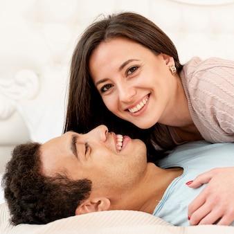 寝室でクローズアップ幸せなカップル