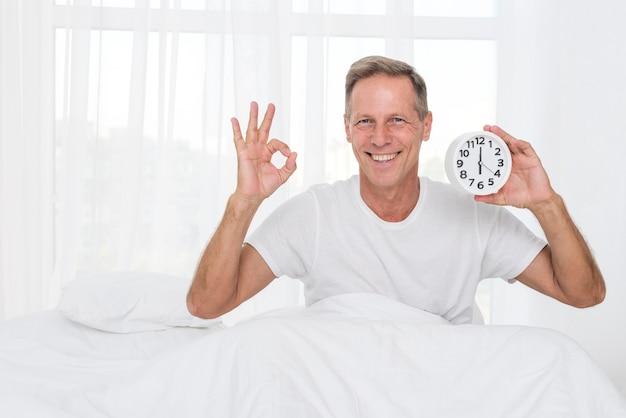 Средний снимок счастливый человек, показывая одобрение
