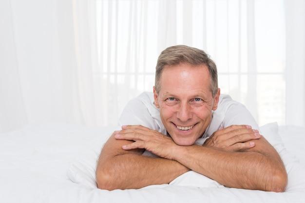 Средний снимок счастливый человек позирует