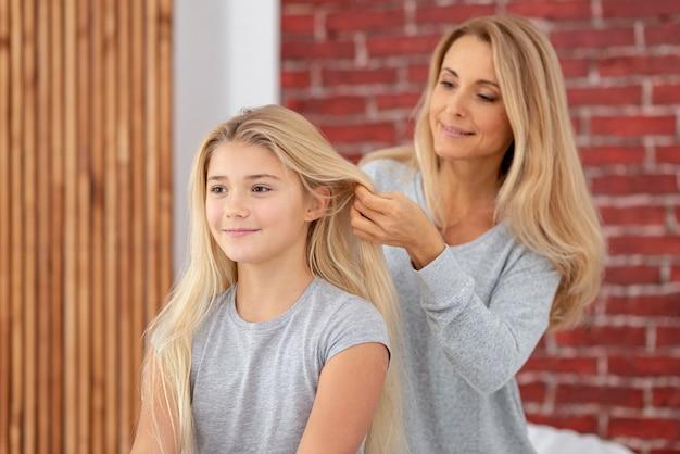 母の娘の美しい髪を配置