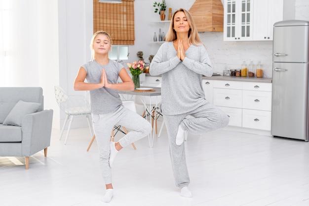 母と娘のヨガの練習を行う