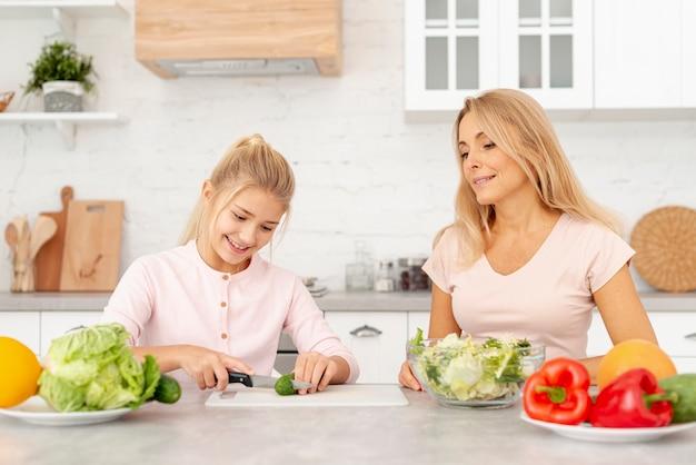 母と娘が一緒に料理