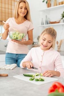 母と娘のサラダの準備