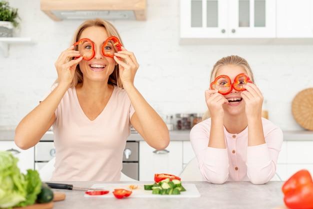 変な顔を作る正面母と娘