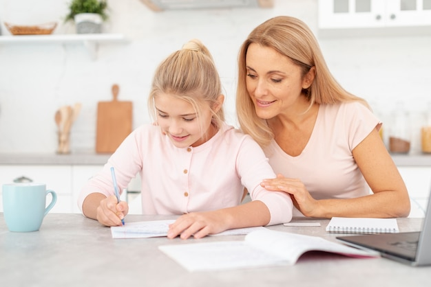 母と娘が一緒に宿題をする