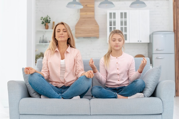 Мать и дочь практикующих йогу