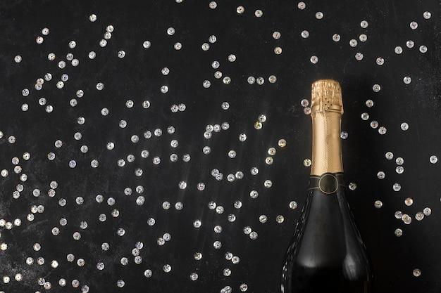 Бутылка шампанского на столе
