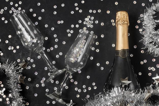 Вид сверху бутылку шампанского и бокалы