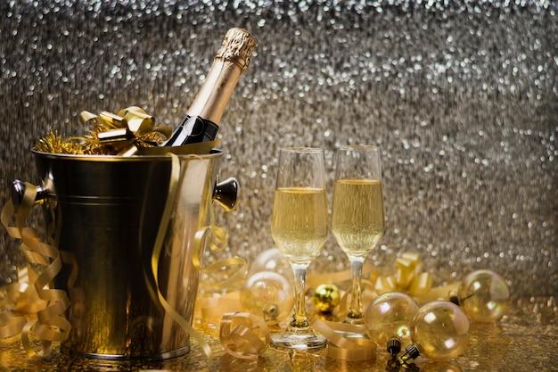 Вид спереди празднование нового года с шампанским