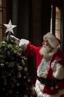 Санта-клаус создает елку