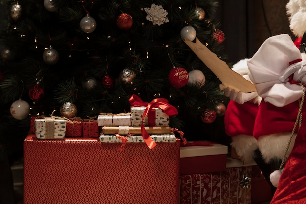 クリスマスプレゼントとクローズアップサンタクロース