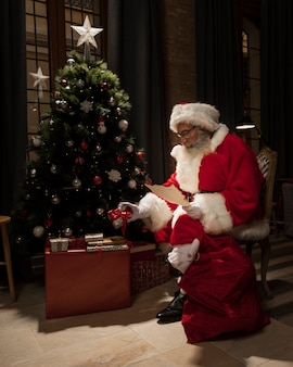 クリスマスプレゼントを提供するサンタ