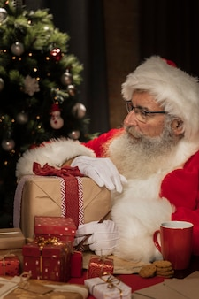 Санта-клаус настраивает подарки