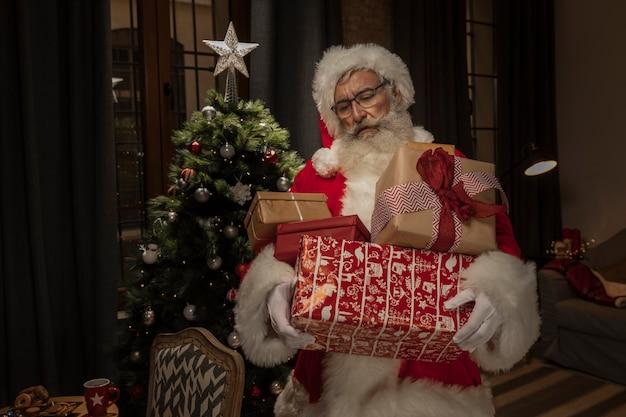 クリスマスプレゼントを持ってサンタクロース