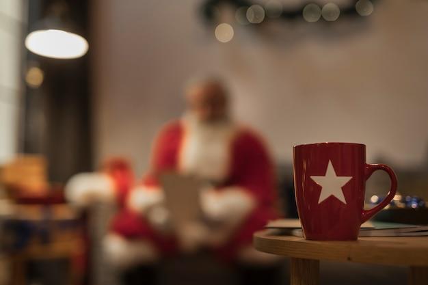テーブルの上のクローズアップクリスマスマグカップ