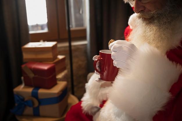 Санта-клаус пьет чашку кофе